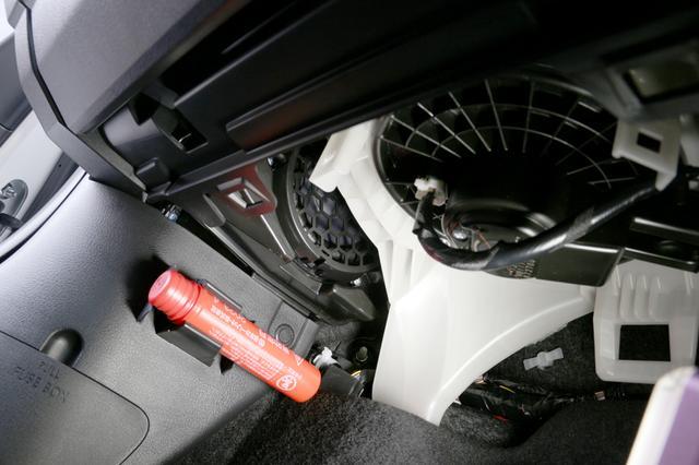 画像: 助手席の足下からのぞきこんだところ。発煙筒の上に、わずかだが120mmウーファーが確認できる。