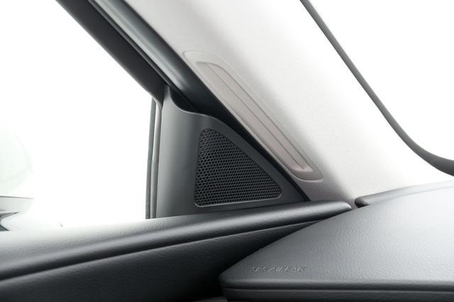 画像: セールガーニッシュに配置される25mmトゥイーター。フロントシートのリスナーに向けて角度をつけて固定されている。