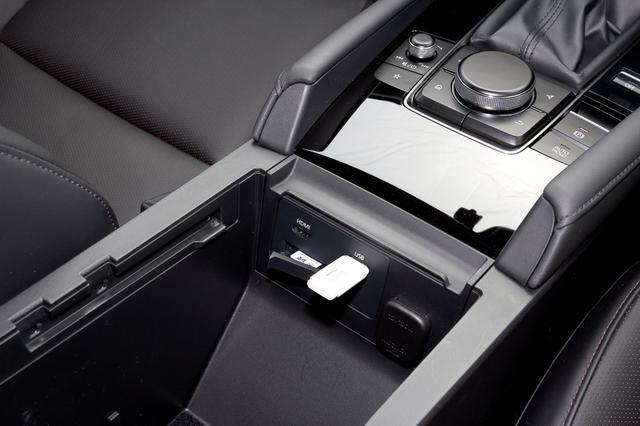 画像: シート間のグローブボックス内にHDMI、USB(USB2)、SDカード、12Vシガーライターソケット、が用意されている。