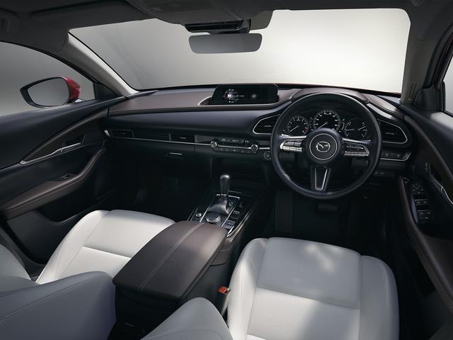 画像: 同じプラットフォームを採用するMAZDA3に似たインテリアデザインでまとめられた車室内。