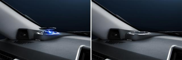 画像: イグニッションON時には左の画像のようにアクティブトップカバーがせり上がり、ブルーLEDイルミネーションが点灯。イグニッションOFFで右のように沈胴する。
