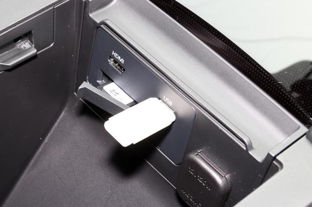 画像: シート間のグローブボックス内に配置される端子類。HDMIやUSBのほか、SDカードスロット(メモリーはナビデータを格納したものがデフォルトで入っている)が並ぶ。