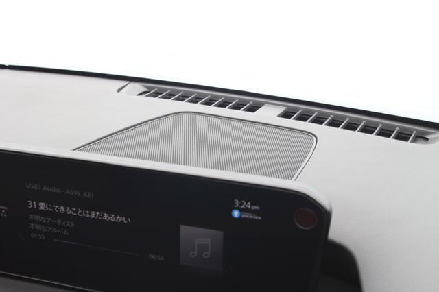 画像: マツダコネクトのディスプレイの奥、ダッシュボードの中央にセンタースピーカーがマウントされる。