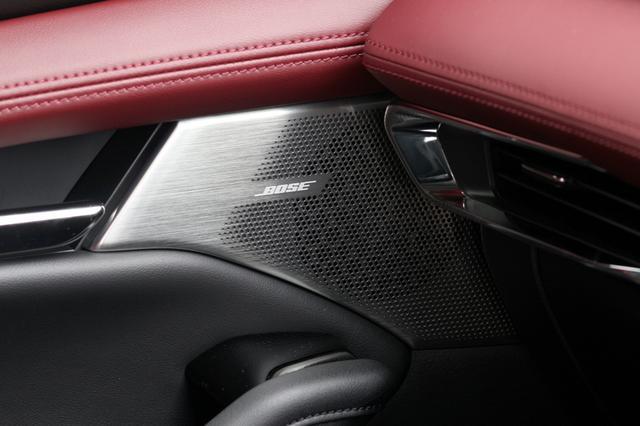 画像: フロントドアのミッドレンジスピーカーグリルは、樹脂製だった標準装備と異なりアルミ製となる。そこにはBOSEのロゴも確認できる。