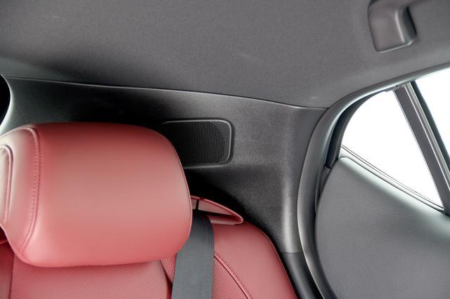 画像: FASTBACKのCピラーには、リアサテライトスピーカーがある。リアシートのヘッドレストとほぼ同じ高さにレイアウトされる。