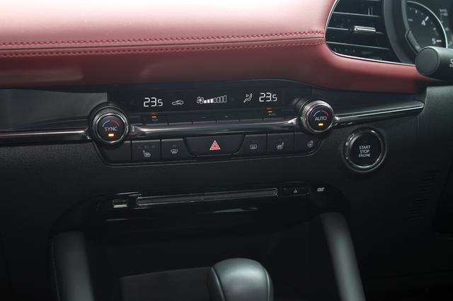 画像: ハサードランプスイッチの下、CD/DVDのディスクローディングスロット、すぐ左にUSB端子が並ぶ。