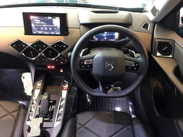 画像: DS3 CROSSBACK Grand Chicの車内。独特なインテリアデザインが特長的。