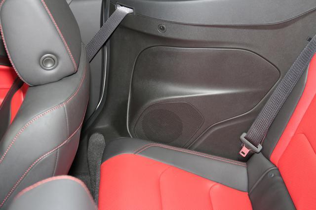 画像: リアスピーカーはシート座面のすぐ横にレイアウトされている。