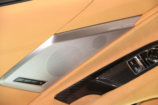 画像: ドアスピーカーグリルには「BOSE Performance Series」の文字が刻まれている。このシステムの場合、スピーカーのユニット数は14本となる。