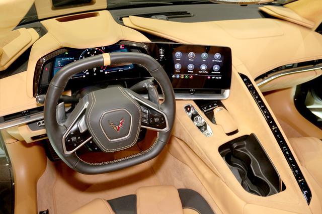 画像: ドライバーを取り囲むように配置される操作系。どのスイッチやセレクターも運転姿勢を崩すことなく操ることができそうだ。
