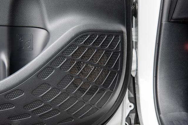 画像: ノアのドア、スピーカーの純正装着位置にはウーファーユニットがマウントされる。純正装着ユニットと同じ形であるカスタムフィットタイプのため、加工にかかる手間や費用を心配することはない。