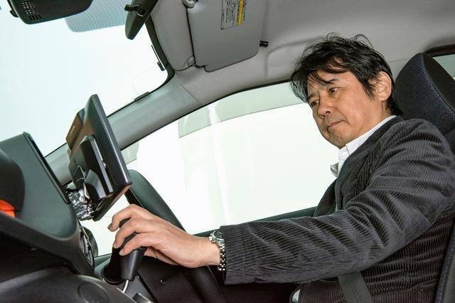 画像: デモカーのシエンタでCN-F1X10BDを確認する筆者。