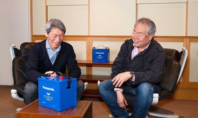 画像: パナソニックcaosバッテリーを前に話を弾ませる潮晴男氏(左)と黛健司氏(右)。