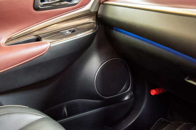 画像: ウーファーは、ドアの純正スピーカー位置にレイアウトされる。マウントにあたっては同社のメタルインナーバッフルを介して固定されている。このインナーバッフルを使用することでカスタムフィット化することができ、幅広い車種への装着が一定の音質とともにかなう。