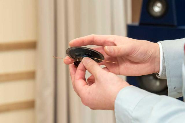 画像: ミッドレンジのコーン振動板は2層構造のカーボン製。ウーファーの振動板と素材を揃えている。