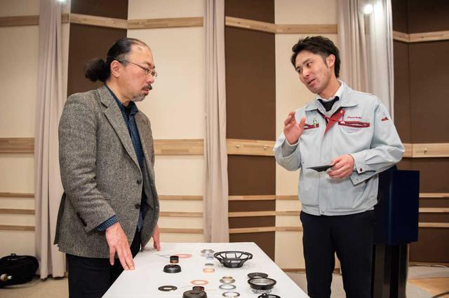 画像: TS-Z900PRSの構成パーツを前に、開発者である安西氏の説明を聞く筆者。興味深い話も多く、予定取材時間を大幅に超えてしまった。