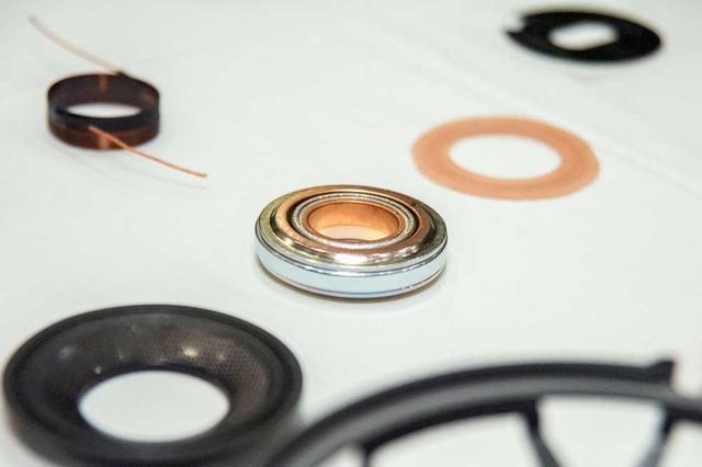 画像: CSTドライバーを構成するパーツ類。中央に見えるのはミッドレンジの磁石で銅製のショートリングが組まれているのが確認できる。