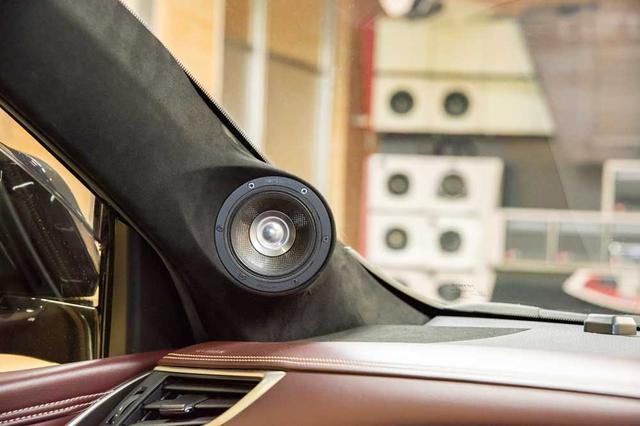 画像: 車両装着時のテスト車両も聴くことができた。車種はトヨタ・ハリアー。CSTはAピラーに埋め込まれる形で固定され、ドライビングポジションからすると若干見下ろす高さに配置されていた。