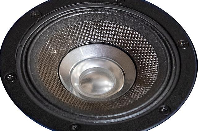 画像: 中央のバランスドドームトゥイーターダイヤフラムはアルミニウム合金製。同色のホーン形状パーツは、ミッドレンジのコーンとトゥイーターダイアフラムをシームレスな形状とするためのマッチングホーン。この構造により優れた指向特性を獲得したという。