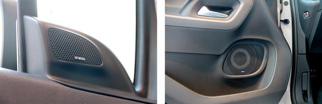 画像: フロントドア上部の高音用トゥイーターユニット部分(左)と、ドア下部ポケットの億にマウントされるウーファーユニット部(右)。ウーファーユニットはドアの構造上、薄型設計で開発しなければならなかったという。