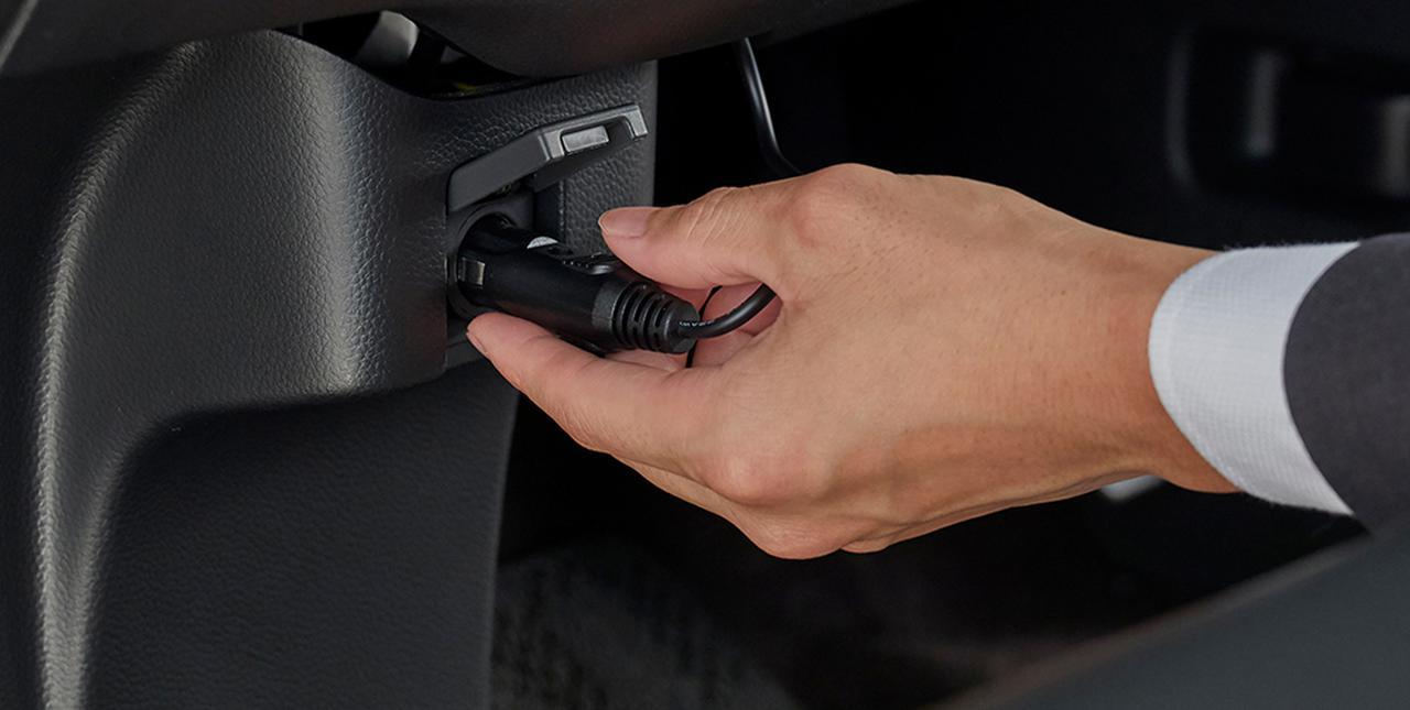 画像: 電源供給はシガーソケットから。USBには対応しない。