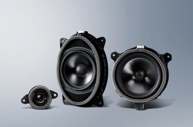 画像: 「音の匠スピーカー」は左の2つがフロント用、右の1つがリア用だ。いずれも振動板に竹素材を採用した高品質スピーカーユニット。ビルトインナビとともに、車種専用の音響チューンが施されており、サウンドのベストパフォーマンスを楽しむことができる。