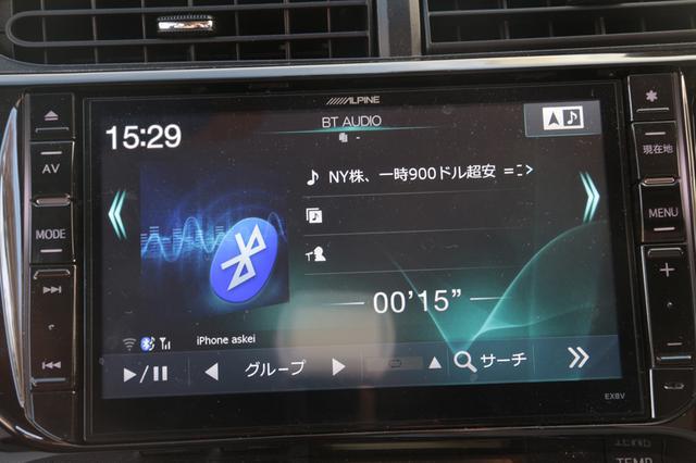 画像: 楽曲再生(アマゾンミュージック)のほか、ニュースや天気予報なども聞くことができる。画像は、ニュース読み上げ中のナビ画面で、ニュースタイトルが表示された。