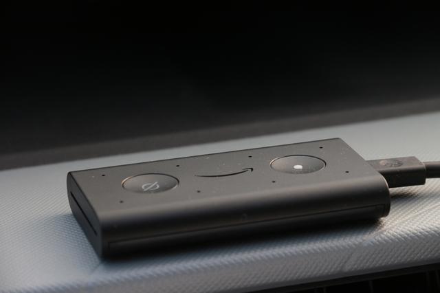 画像: アマゾンEcho Auto。天面には電源スイッチ(右)とマイクオンオフスイッチ(左)、8つのマイクアレイ(小さく開いた穴)が並ぶ。