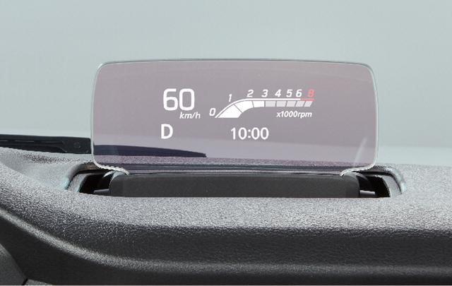 画像: ヘッドアップディスプレイ表示の1例。速度、タコメーター、シフトレンジ、時刻が表示されている。