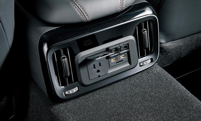 画像: 後部座席に向けて、AC100VコンセントとUSB2口、SDカードスロットが用意されている。