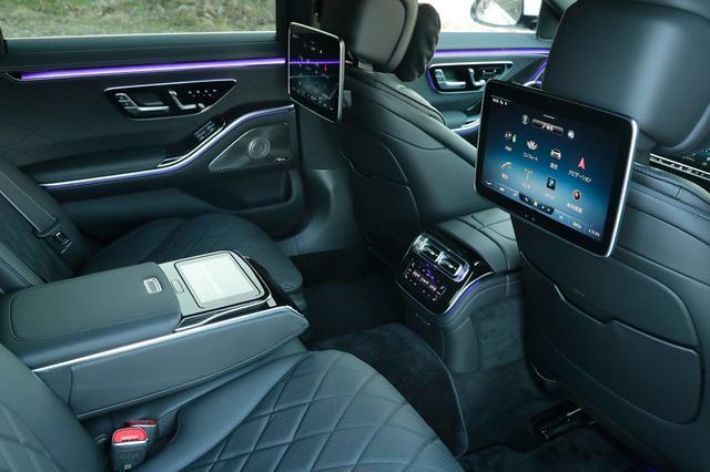 画像: 後席用のエンターテインメントとして装備される11.6インチタッチパネルディスプレイ。左右異なるメディア再生が可能だ。