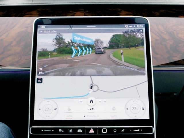 画像: 車両進行方向の実画像上にルート進行方向が表示されるARカーナビの表示例。