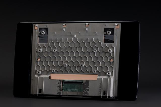 画像: 薄型設計で、なおかつ強度を確保するために、ディスプレイのハウジングはマグネシウムダイカスト製。しかも負荷がかかる中央部分にはハニカム構造を採用している。(Photo:Atsuko Goto)