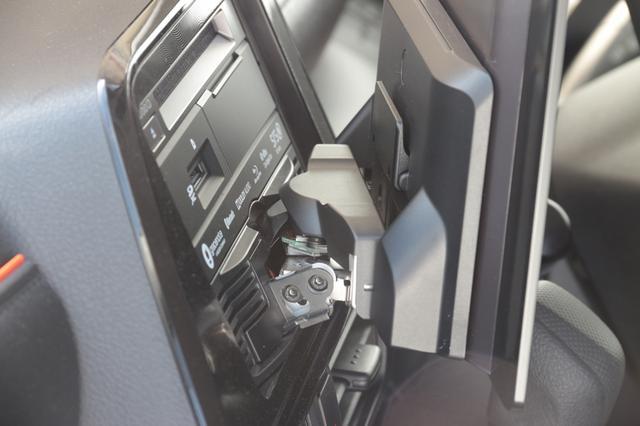 画像: ダイナビッグスイングディスプレイの可動部分は、倒す方向および左右方向に可動できる。この構造には特許技術が採用されている。(Photo:Kei Hasegawa)