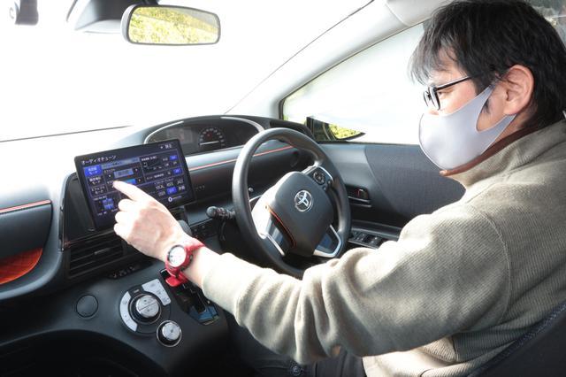 画像: CN-F1X10BLD搭載車両で取材する筆者。(Photo:Kei Hasegawa)