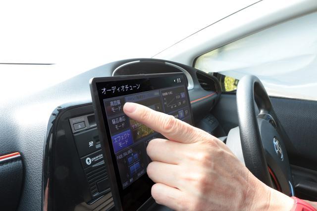 画像: 極薄設計の有機ELディスプレイは、従来機以上に斜め方向から見たときの視認性に優れる。