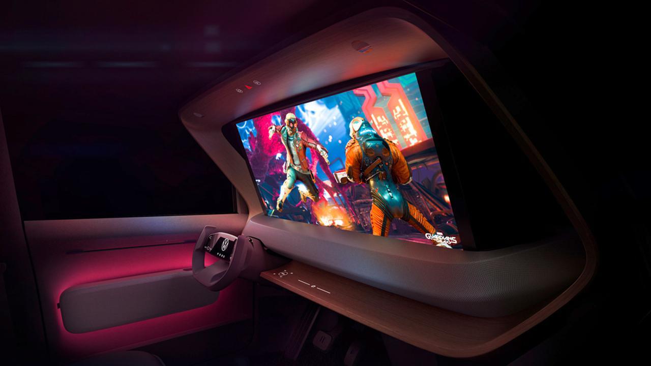 画像: ダッシュボードから立ち上げられたスクリーンは、映画はもちろんこの大画面でゲームを楽しむことも可能だ。