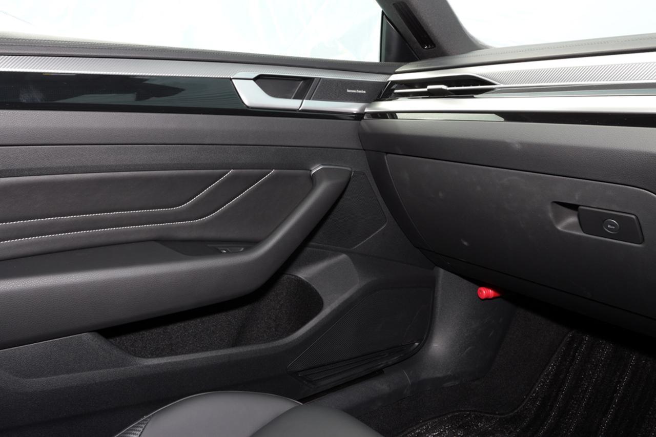 画像: フロントドアには高音用25mmトゥイーター(リリースノブ前方)、中音用80mmミッドレンジ(ドアハンドル前方)、低音用200mmウーファー(ドアポケット前方)の3ウェイ構成が配置される。