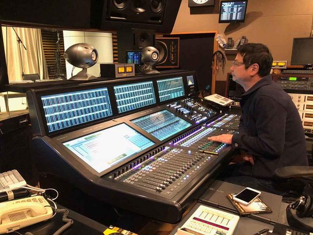 画像: 「TOKYO FM」スタジオで録音作業を行う川島氏
