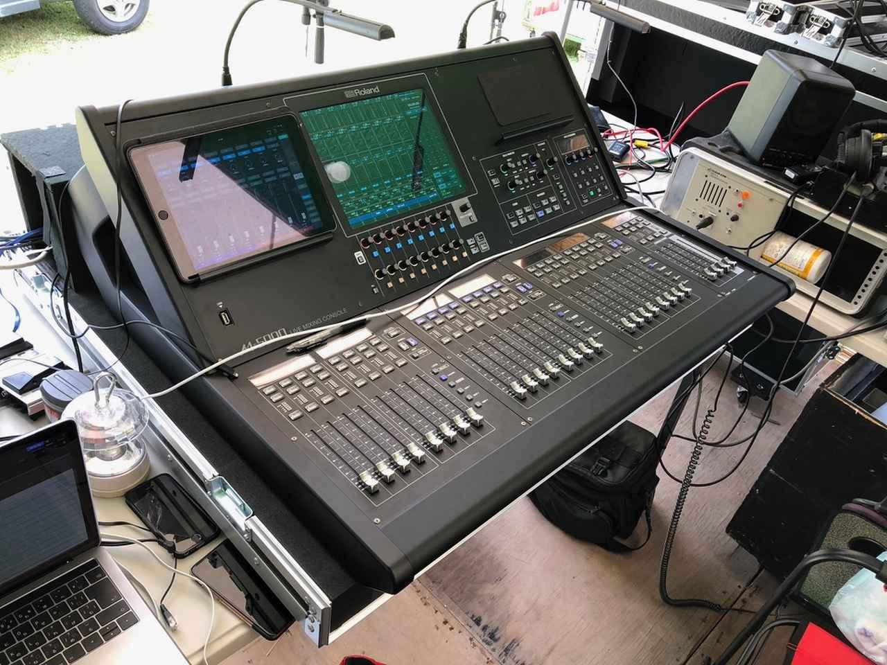画像: 「エスアールファクトリー」が導入した「ローランド O・H・R・C・A M-5000」。今回の取材では、同社がPAを手がけるイベント『グッドネイバーズ・ジャンボリー』の会場でお話を訊かせていただいた