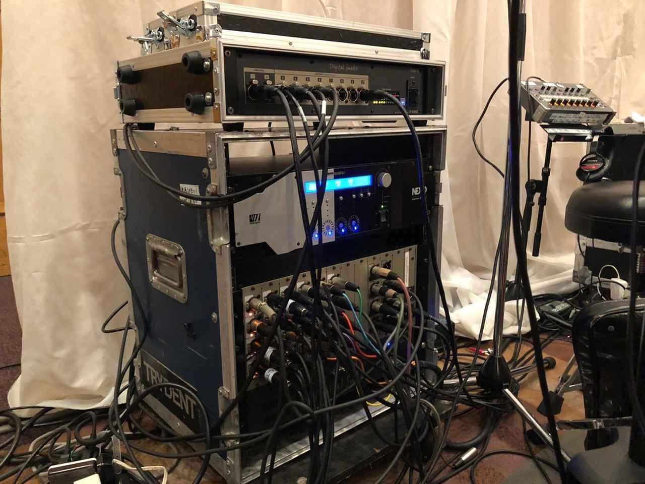 画像: ステージ袖に置かれたラック。「ローランド S-4000D」(REACスプリッター)や「NEXO NXAMP」、「ローランド Digital Snake S-40000S」などが収納されている