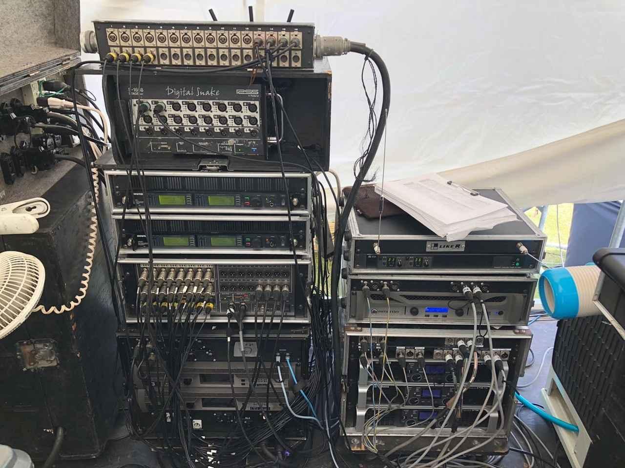 画像: ステージ袖に設置された機材。「M-5000」の入出力を担う「ローランド Digital Snake S-2416」や同「Digital Snake S-1608」などが置かれている