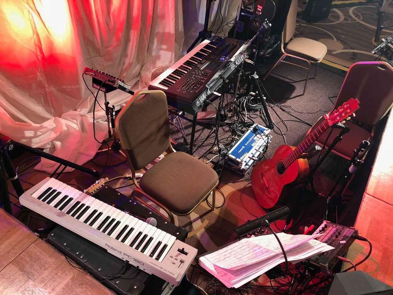 画像: ステージ前のピット。ミュージシャンは全員「M-48」でモニターしていた