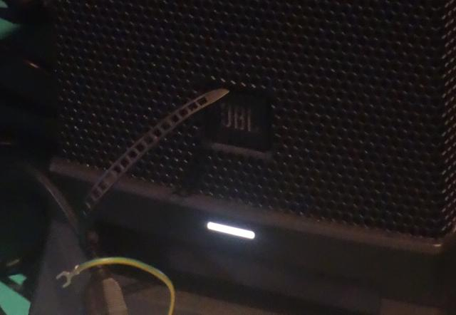 画像: 電源を入れるとサブウーファーの「JBL」ロゴ下LEDが白く点灯。暗い場内でも視認しやすい