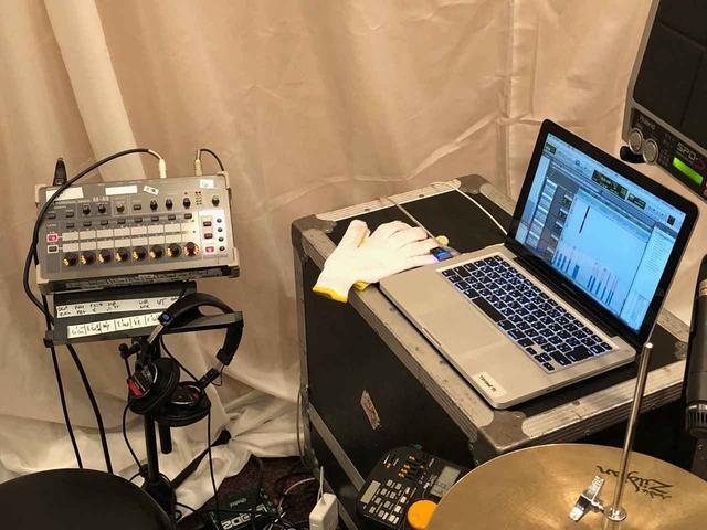 画像: 取材時のステージでは、ドラマーが「Pro Tools」を操作していた