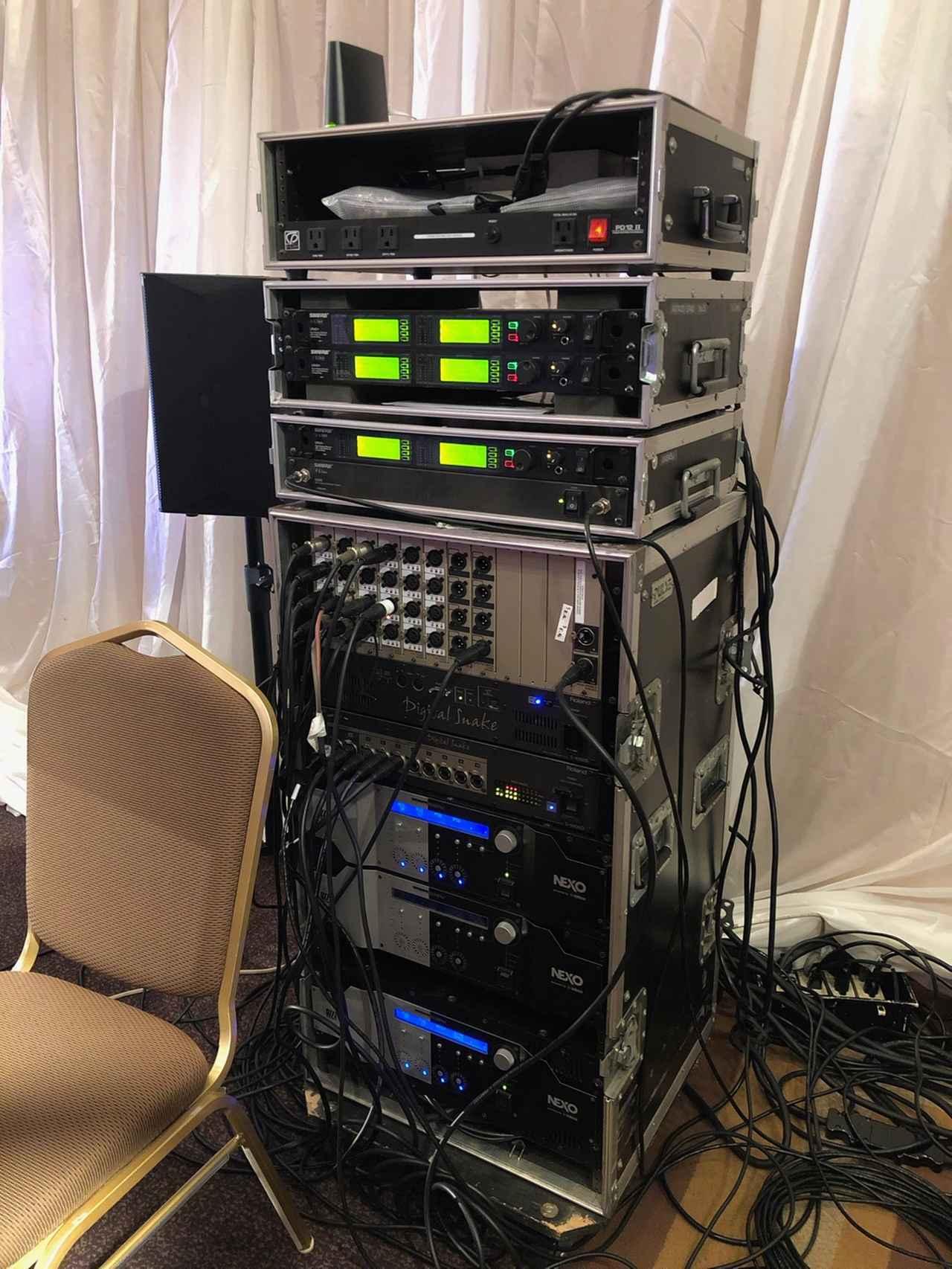 画像: ステージ袖に置かれたラック。「Shure」のワイヤレス・システムや2台目の「S-4000S」、「S-4000D」、「NXAMP」などが収納されている
