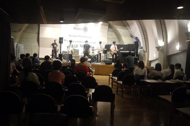 画像: 『MURASAKI ROCK FESTIVAL』の会場となった「調布市仙川フィックスホール」。奥まった1階席に対し張り出す2階席。上手と下手でリニアアレイの高さを変えられるのは「EON ONE PRO」ならではの大きな強味