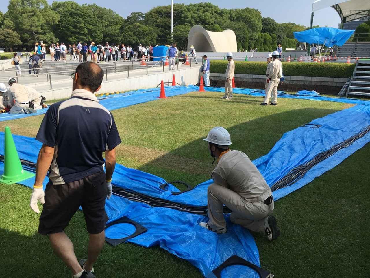 画像: 毎年8月6日に行われる『平和記念式典』での設営の様子。ケーブル類はすべて土管の中を通さなければならない