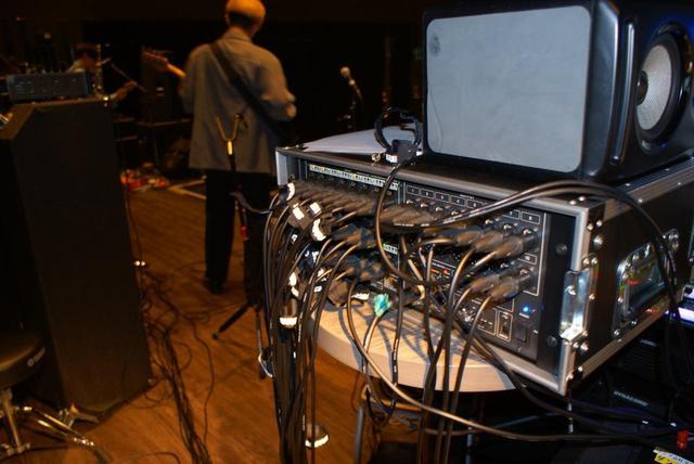 画像: 入出力ユニットの「Digital Snake S-2416」はステージ傍に設置される