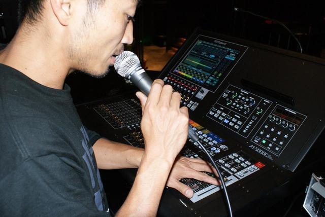 画像: ライブ・イベント時に「M-5000C」をオペレートする岩崎氏